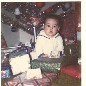 Cernée, même sous l'arbre de Noël